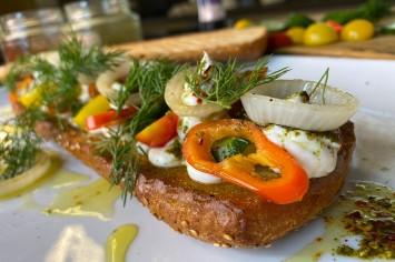 סנדוויץ' בוקר מפנק עם סימפוניה זיתים, ירקות ובצלים צלויים