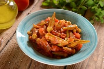 תבשיל במיה צמחוני ברוטב עגבניות חמוץ מתוק