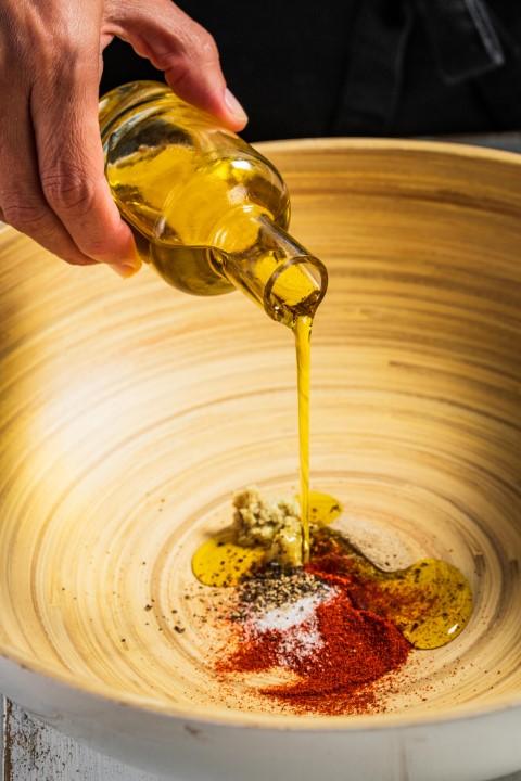 מערבבים את שמן הזית והתבלינים לתערובת אחידה. צילום: נמרוד סונדרס