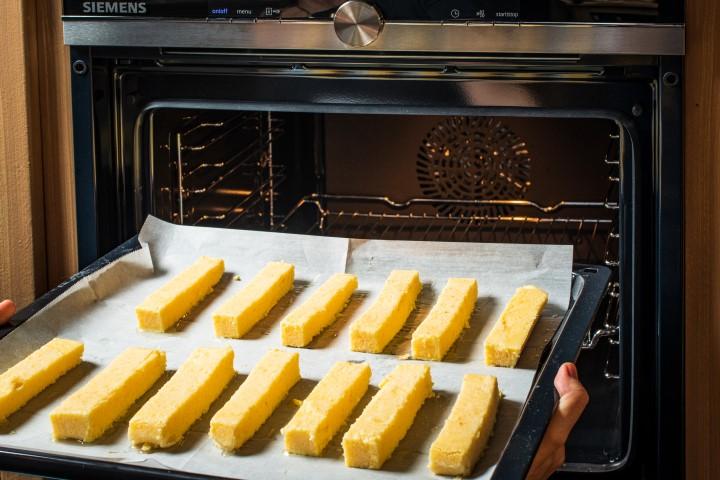מברישים את האצבעות בשמן זית ואופים כרבע שעה או עד להזהבה. צילום: נמרוד סונדרס
