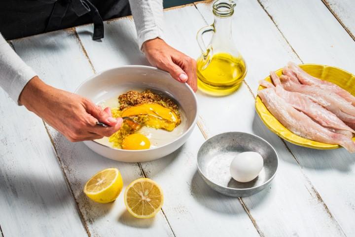 טורפים את הביצים וגרדת הלימון בקערה נפרדת. צילום: נמרוד סונדרס