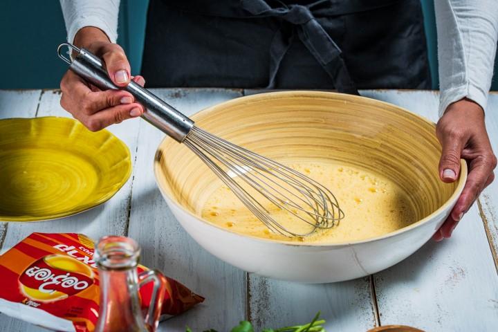 בקערה מקציפים את הביצים עד שמתקבל קצף בהיר. צילום: נמרוד סונדרס