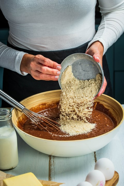 מוסיפים פנימה את הקמח והשקדים ומקפלים לאיחוד מלא. צילום: נמרוד סונדרס