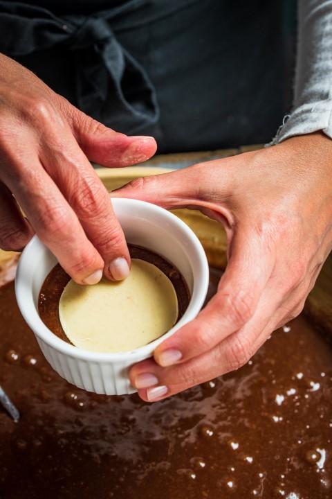 מניחים באמצע את מילוי השוקולד הקפוא. צילום: נמרוד סונדרס