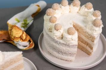 עוגת שכבות עם קרם וניל וכדורי קוקוס בסגנון רפאלו