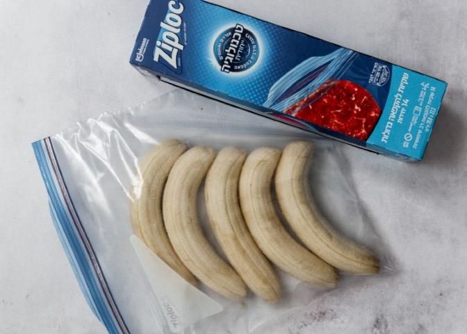 מכניסים את הבננות לשקית זיפלוק. צילום: שרית נובק