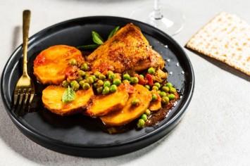 עוף צלוי עם תפוחי אדמה ואפונה בסיר אחד