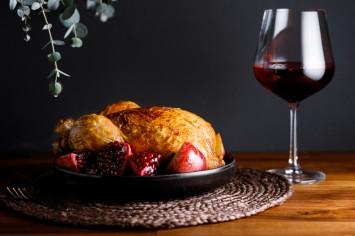 קוק או ואן: קלאסיקה צרפתית של עוף שלם ביין
