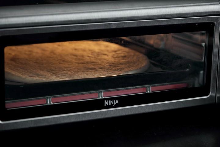 אופים את הפיצה עד להזהבה קלה. צילום: אפיק גבאי