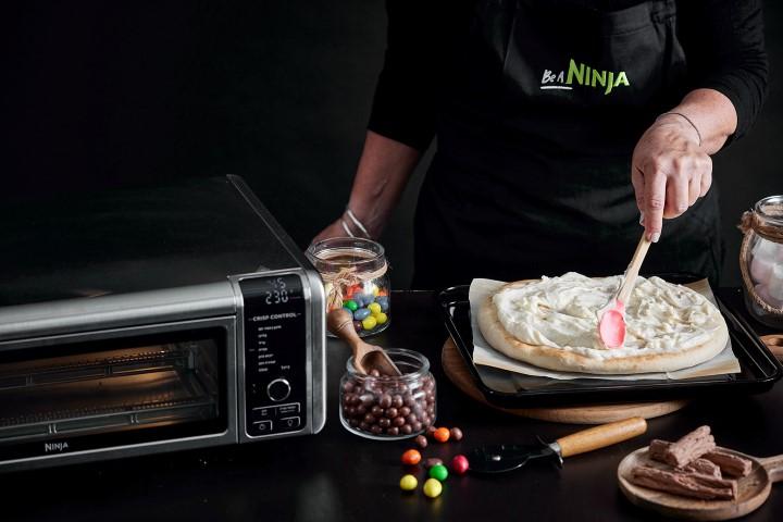 """מורחים את הקרם מעל הפיצה, משאירים שוליים ריקים של כ-1 ס""""מ. צילום: אפיק גבאי"""