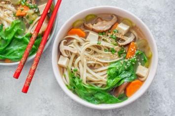 אוממי-טיים: מרק מיסו טבעוני עמוס ירקות ואטריות