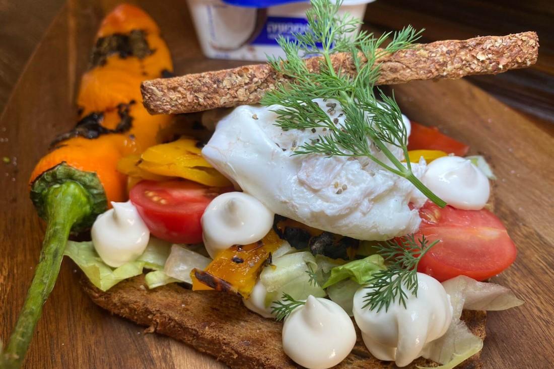 נשיקות סמפוניה עם ביצה עלומה ופלפלים קלויים בסנדוויץ חלומי. צילום: משה שגב