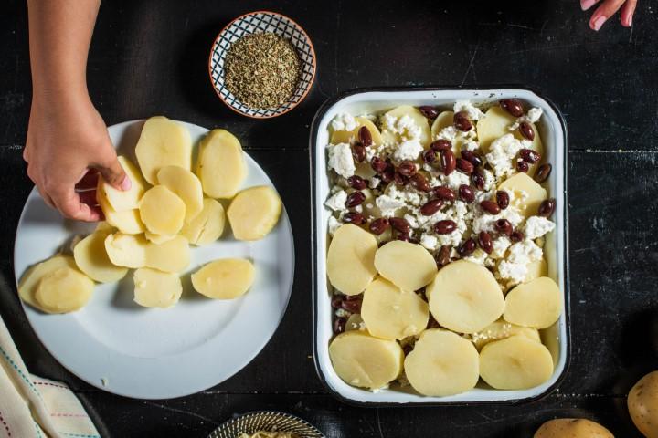 מסדרים בשכבות, תפוחי אדמה, גבינה וזיתים וחוזרים על הפעולה שנית. צילום: נמרוד סונדרס