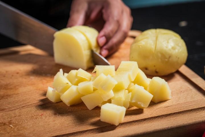מייבשים את תפוחי האדמה וחותכים לקוביות. צילום: נמרוד סונדרס