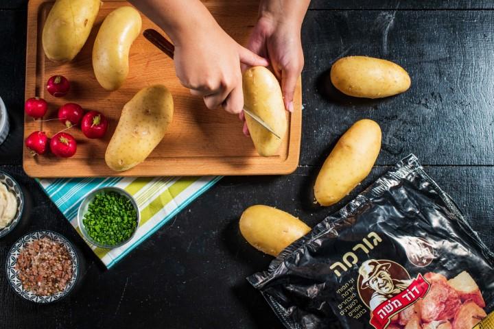 חורצים את תפוחי האדמה. צילום: נמרוד סונדרס