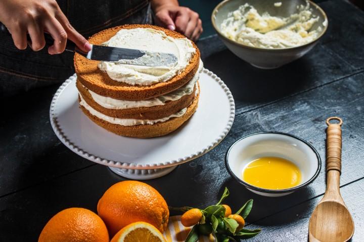 מניחים את העוגה האחרונה ומצפים ביתרת הקרם. צילום: נמרוד סונדרס