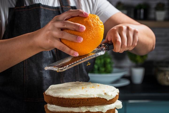 מקשטים בגרידת תפוז ומגישים. צילום: נמרוד סונדרס