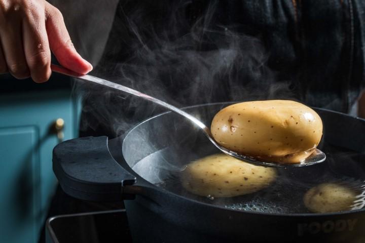 מבשלים את תפוחי האדמה במים רותחים. צילום: נמרוד סונדרס