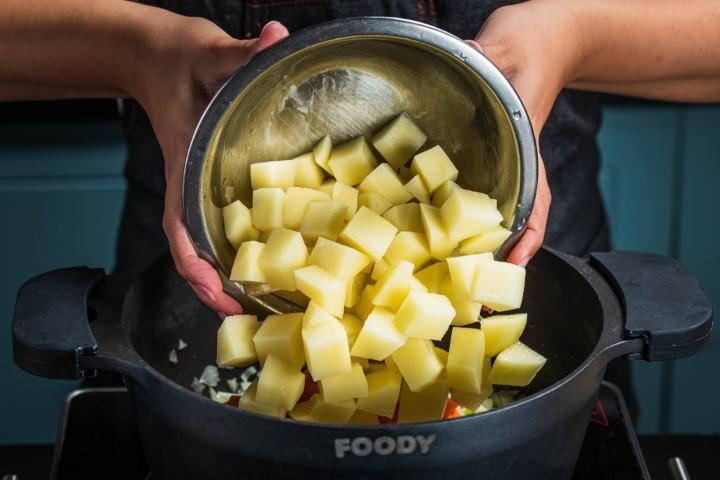 מוסיפים את תפוחי האדמה. צילום: נמרוד סונדרס
