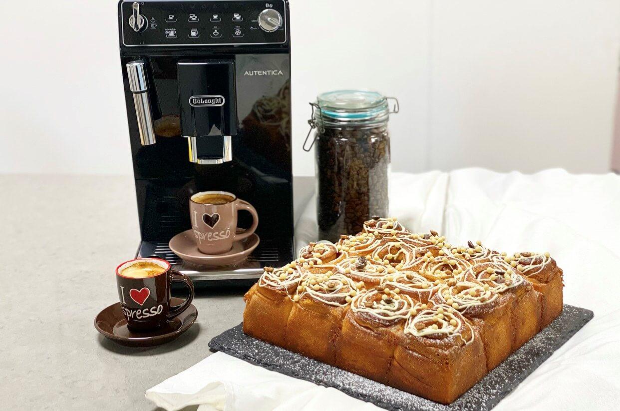 עוגת שמרים מסקרפונה, שוקולד לבן וקפה. צילום: תומר אומנסקי