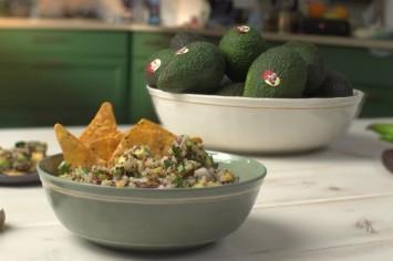 סלט קינואה מקסיקני צבעוני עם אבוקדו ותירס צלוי