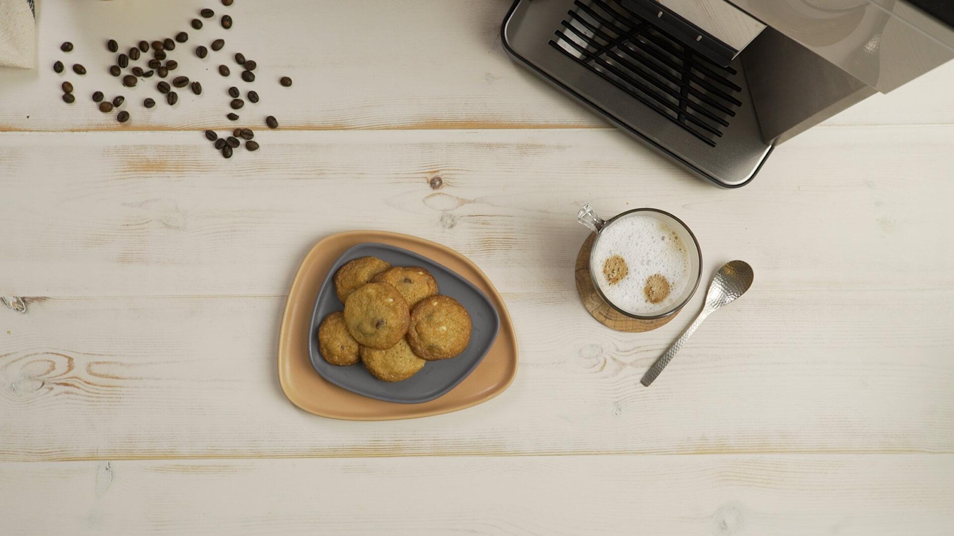 עוגיות שוקולד צ'יפס קפה וכוס קפה
