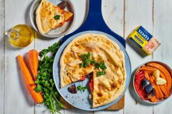 קאלצונה לפסח של הביוקר: תבשיל ירקות וגבינות בתוך צלחת בצק