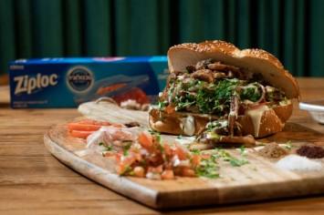 שווארמה ביתית : מסאחן פרגיות מפורק עם בצלים