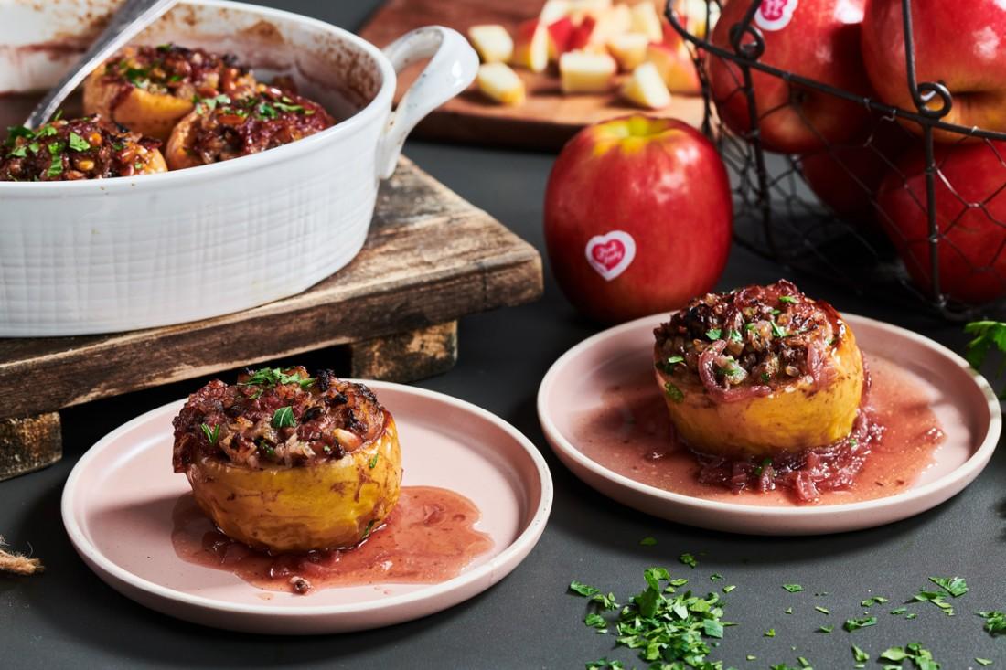 תפוחי עץ עסיסיים ממולאים בבשר על צלחת