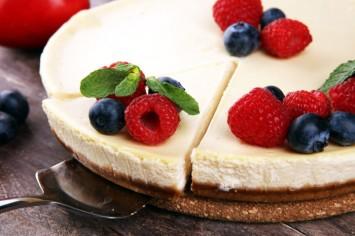 קרין גורן אופה עוגת גבינה של בית מלון