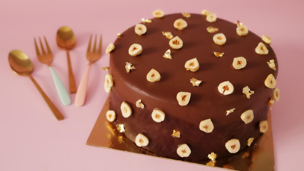 עוגת דאבל שוקולד לפסח עם שורת כפיות לצידה