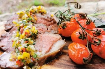רוסטביף עסיסי עם סלסה פיקנטית ועגבניות צלויות