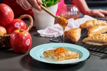 בורקס תפוחים ודבש ברוטב יוגורט ודבש