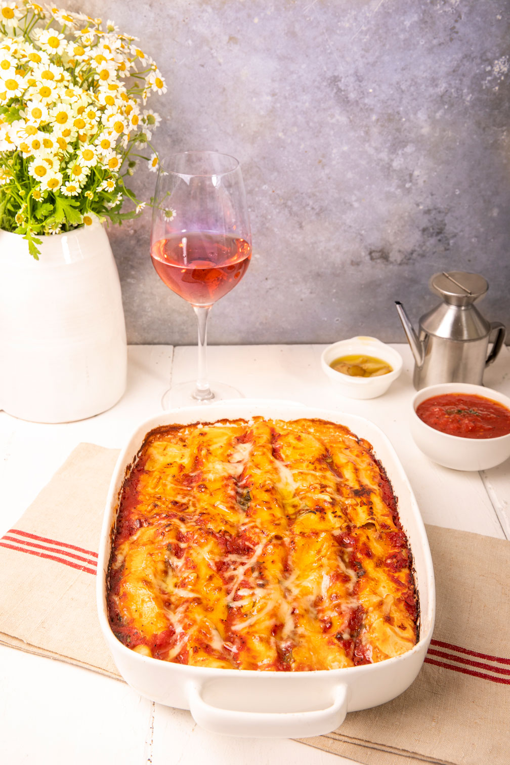 קנלוני במילוי חציל וגבינה עם כוס יין