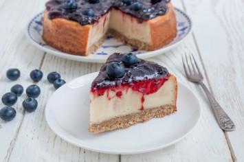 מחפשים עוגה טבעונית מעולה? עוגת גבינה טבעונית אפויה עם אוכמניות