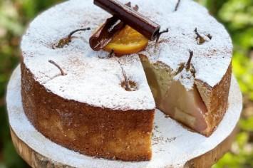 עוגת אגסים בחושה עם שמנת חמוצה של תומר אומנסקי