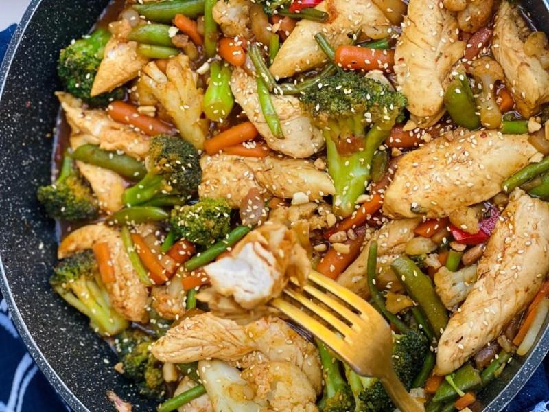 פילה עוף מוקפץ עם ירקות, בוטנים ושומשום 1