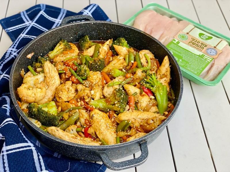 פילה עוף מוקפץ עם ירקות, בוטנים ושומשום 2