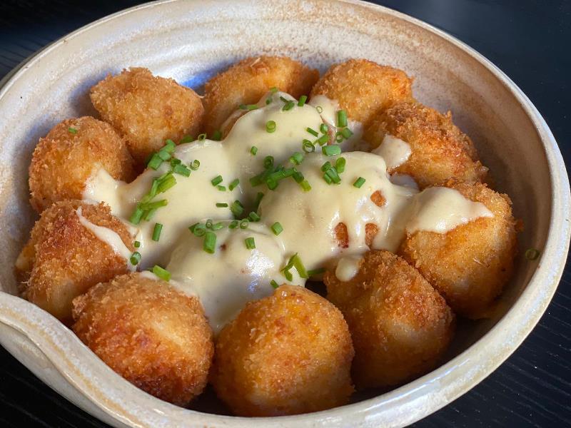 כדורי פירה ממולאים גבינה ברוטב גבינה 2