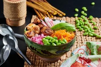 פוקי בול צבעוני עם אורז, ירקות ועוף ברוטב פונזו