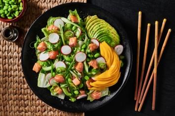 סלט ירוקים וסלמון בפונזו: שילוב מושלם של ירקות ודג נא