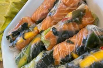 רול דפי אורז עם דג נא, ירקות ופירות טריים