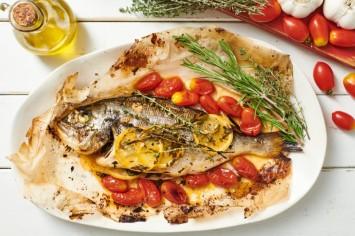 שנהיה לראש! דג שלם בתנור עם רכז רימונים, לימון ועשבי תיבול