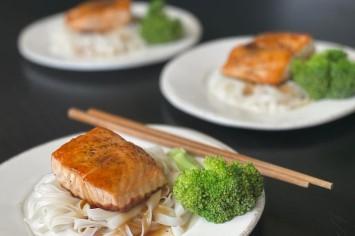סלמון צלוי בפונזו על אטריות אורז: ארוחה מלאה ב-10 דקות!