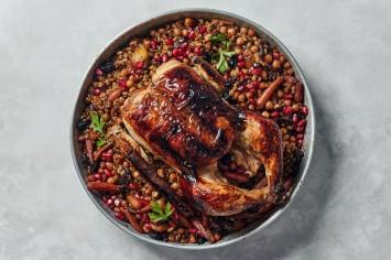 עוף חגיגי של רותם ליברזון על תבשיל חיטה ופירות יבשים