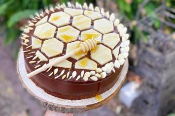 עוגת דבש ושוקולד עם מרציפן בצורת חלת דבש