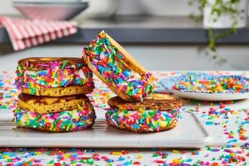 פנקייקלידה: סנדוויץ' פנקייקס חלומי ממולא גלידה