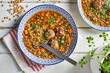 מחמם את הלב והבטן: מרק עדשים עם בורגול וכדורי בשר