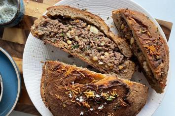 כיכר לחם ממולאת בשר של רון יוחננוב