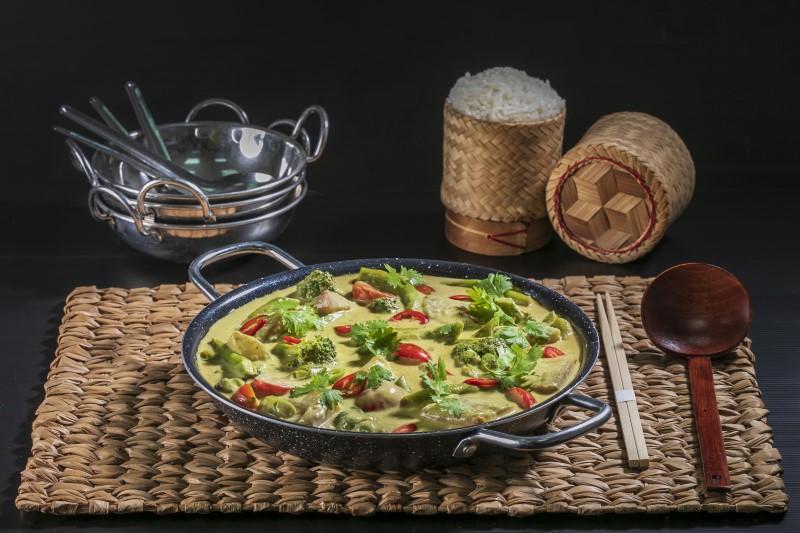 קארי דגים עם ירקות ירוקים ועגבניות שרי 1
